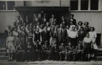 Hromadná fotografie žáků zemědělské školy, Uherský Ostroh, 1952 nebo 1953
