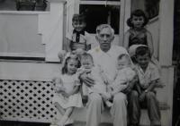 Strýc Wiederman se svými vnoučaty, před svým domem, USA, nedat.