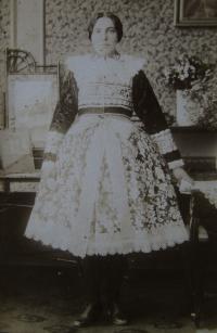 Matka za svobodna ve fiertúšku,  Blatnice pod Svatým Antonínkem, před rokem 1928