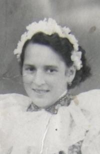 Dobová portrétní fotografie pamětnice,  Blatnice pod Svatým Antonínkem, 1955