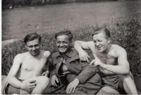 Volné chvíle v Anglii, zleva: Jiří Horák, František Skořepa, Václav Kocman (místně neurčeno, datum neznámé)