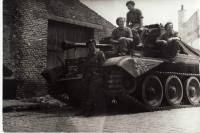 Posádka průzkumného tanku (Jiří Horák vepředu stojící)
