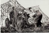 Dělostřelecké cvičení. Obsluha starého francouzského 75 mm děla, v Anglii na střelnici (přesné místo neznámé)