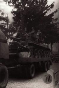 Tank dělostřeleckého pluku přejíždí československou hranici u Rozvadova: Obsazení: Skalický Rudolf, Šantůček R. (?), Fink František