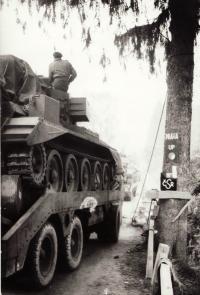 Tank dělostřeleckého pluku přejíždí československou hranici u Rozvadova