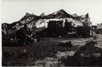 Tělo 3. dělostřelecké baterie v palebném postavení. Vpředu Harry Wodák. Loon-Plage -11. 10. 1944