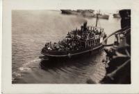 Dělostřelci se přeloďují z nákladní lodi Northmoor na zámořský parník Vice Royal of India. 4. červenec 1940