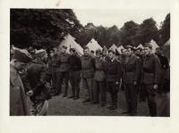 Raport na začátku v Cholmondeley parku. Nastoupená 3. dělostřelecká baterie. Léto 1940