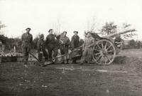 4 dělostřelecká baterie střílí z děla československé výroby, opuštěného Němci. 28. 10. 1944