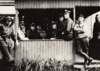 30. léta - otec Stanislaw na voj. cvičení vlevo