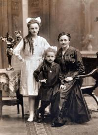 Babička, maminka a teta 1917