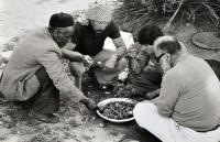 Oběd v pauze průzkumu berberské architektury v Libyi 1976-1981