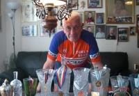 Josef Wolf se svými trofejemi z cyklistických závodů