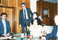 Doma v Praze 1992, Ladislav uprostřed, dcera, tchyně