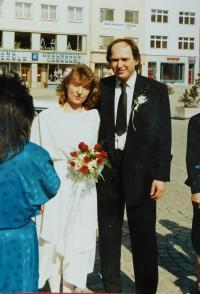 Dana Holubářová (Foukalová) po svatbě s Petrem Holubářem se svědkem Stanislavem Devátým v roce 1990