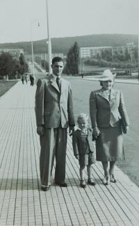 Prarodiče s otcem ve Zlíně v roce 1939