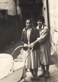 Kleopatra a Irini Stamobolidu, matka a sestra pamětnice, rok 1959, Jeseník