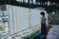 Památník Jad vašem, kde jsou vyryty také jména Anny a Josefa Holátkových