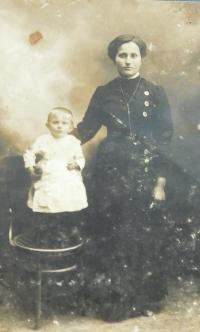 Babička Marie Šafářová s maminkou Annou v dětství v roce 1917 na Volyni
