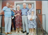 Druhý zprava zachráněný Žid Josef Tomer s rodinou Holátkovou v Šumperku