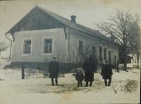 Dům rodiny Holátkovi v osadě Frankov ve Velkých Dorohostajích na Volyni v lednu 1947 (Anna Holátkova s dcerami Marií, Annou a Ludmilou)