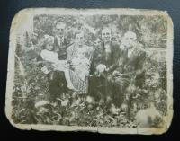 Fotografie, kterou u sebe během pobytu v československém armádním sboru nosil otec. Zleva Marie s otcem Josefem, matka Anna Holátková s dcerou Annou a prarodiče Antonín a Marie Holátkovi