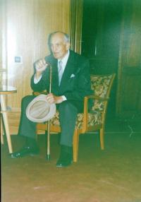 Josef Holátko během předávaní titulu  Spravedlivý mezi národy v roce 1991 v Olomouci