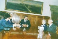 Manželé Holátkovi během předávaní titulu  Spravedlivý mezi národy v roce 1991 v Olomouci