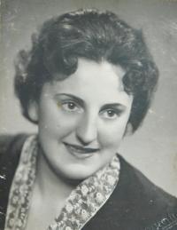 Maturitní fotografie Anny Holátkové (Foglové)