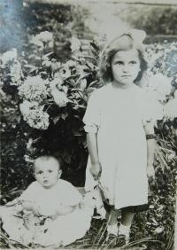 Sestry Anna a Marie Holátkovi na Volyni