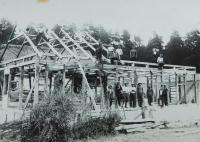 Stavba nového chléva pro rodinu Holátkovu v roce 1935 v osadě Frankov ve Velkých Dorohostajích