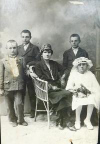 Vpravo dole matka Anna Šafářová (Holátková) během prvního přijímání