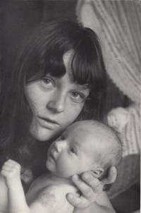 Eda Kriseová s dcerou Terezou v roce 1967