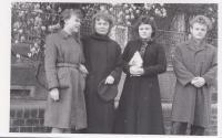 S maminkou a sourozenci (Eda druhá zprava)