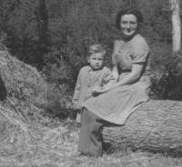 Božena Kopcová se synem, 1945