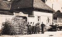 Otec pamětníka Josef Kovalčuk, první zleva, Chrast u Chrudimi, rok 1945