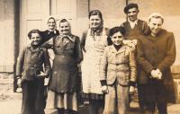 Rodina pamětníkovy matky v Radovesnici u Kolína, uprostřed jeho matka Marie