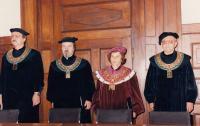 Josef Kovalčuk, 2. zleva, jako děkan při promoci na divadelní fakultě JAMU