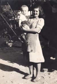 Josef Kovalčuk s matkou v Radovesnici u Kolína, rok 1950