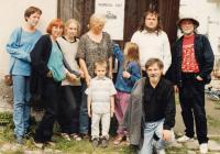 V Horních Dubénkách s rodinou, farářem Štěpánem Hájkem a kolegou Petrem Oslzlým, rok 1997