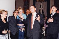 Josef Kovalčuk 1. zleva po premiéře v Národním divadle, rok 1999