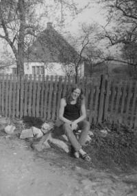 Antonín Ďuriš před svým domem vTřemešku, kde v roce 1985 proběhl undergroundový festival pořádaný na pětadvacáté narozeniny Antonína Mikšíka