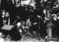 Kapela Vojenská divize Ministerstva vnitra (Praha) na undergroundovém festivalu na Třemešku pořádaném v roce 1985 v rámci narozenin Antonína Mikšíka