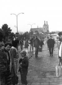 Máničky na autobusovém nádraží v Uničově před cestou na undergroundový festival na Třemešku pořádaný  v roce 1985 na pětadvacáté narozeniny Antonína Mikšíka
