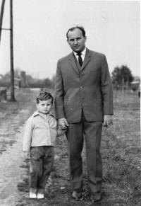 Antonín s tátou v roce 1963