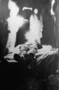 """Fotografie zdivadelního představení Panychida za lidstvo (autor Zdeněk """"Krokodýl"""" Dudka) + Tonda Ďuriš z Třemešku), které proběhlo na undergroundovém festivalu na Třemešku"""