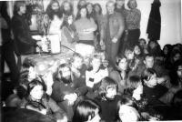 Promítání  filmů vUničově na domku u Otty Lisu v roce 1986
