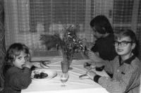 V pozadí Antonín Mikšík se sestrou a bratrem v roce 1974