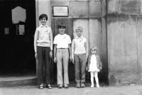 Vlevo Antonín Mikšík s bratrancem a sourozenci v roce 1974