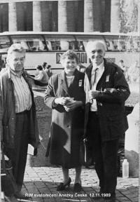 Václav Dvořák s Jiřím Šnajdrem a jeho manželkou  na svatořečení Anežky České v Římě  12.11.1989.